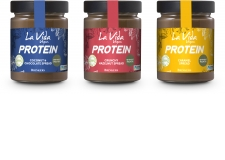 La Vida Vegan PROTEIN is Brinkers' newest addition to the La Vida Vegan-assortment. This high protein chocolate spread is reduced in sugar, 100% organic, vegan, palm oil-free, gluten-free, soy-free and Fairtrade. This new range is available three varieties: Caramel, Coconut and Crunchy Hazelnut. - La Vida Vegan PROTEIN is Brinkers' newest addition to the La Vida Vegan-assortment. This high protein chocolate spread is reduced in sugar, 100% organic, vegan, palm oil-free, gluten-free, soy-free and Fairtrade. This new range is available three varieties: Caramel, Coconut and Crunchy Hazelnut.