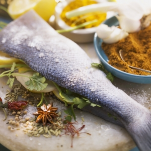Bass with lemon slices and spice